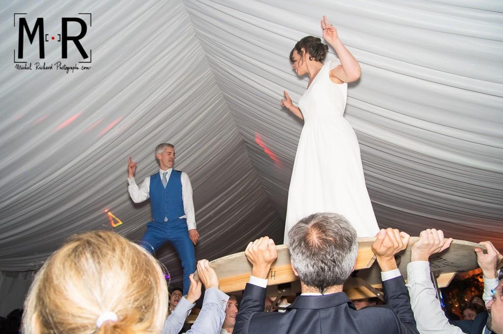 les mariés dansent sur une table