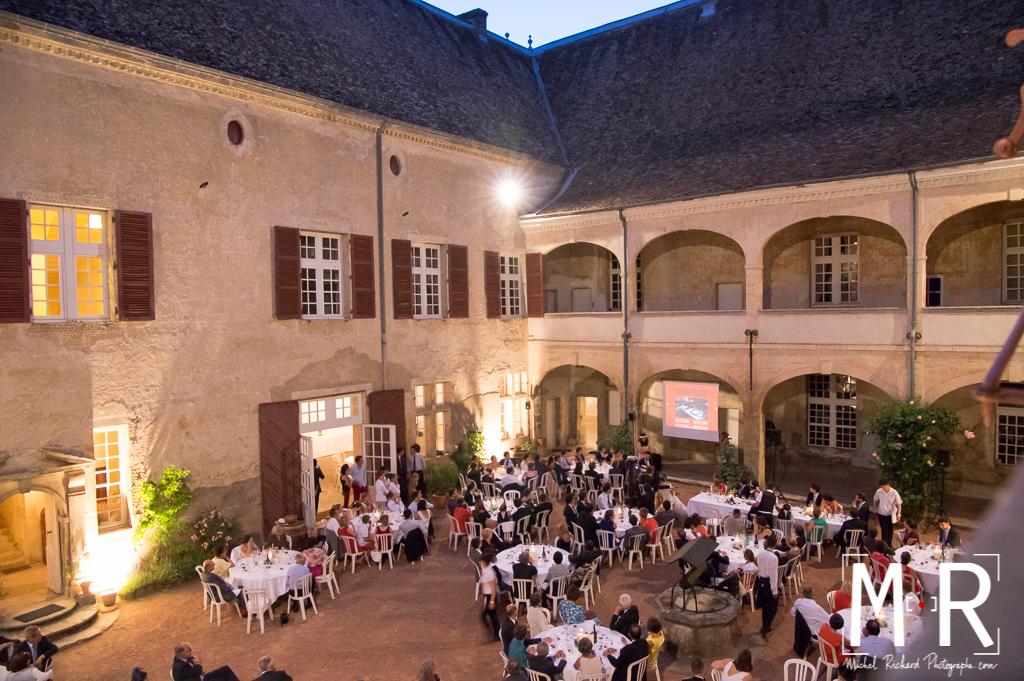 cour de chateau pour le dîner du mariage