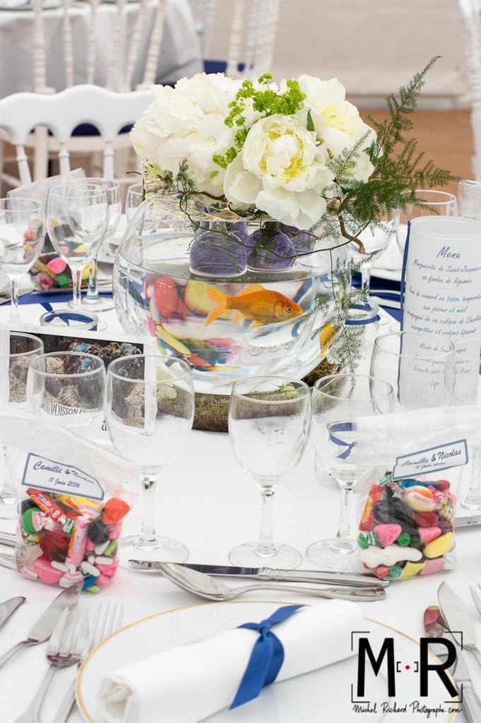 table de mariage avec aquarium et poisson et bonbons en déco