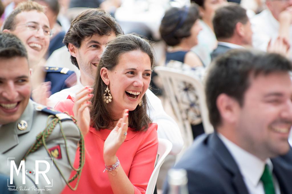 Eclat de rire de jeune femme pendant le discours du mariage
