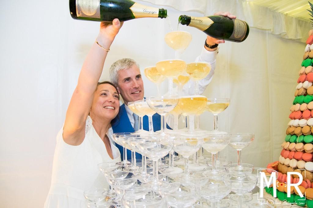 les mariés versent le champagne sur la fontaine à champagne