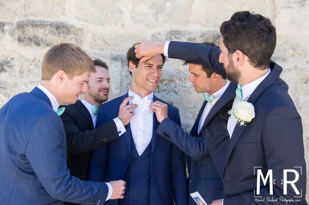 les témoins préparent le marié - préparatifs du marié