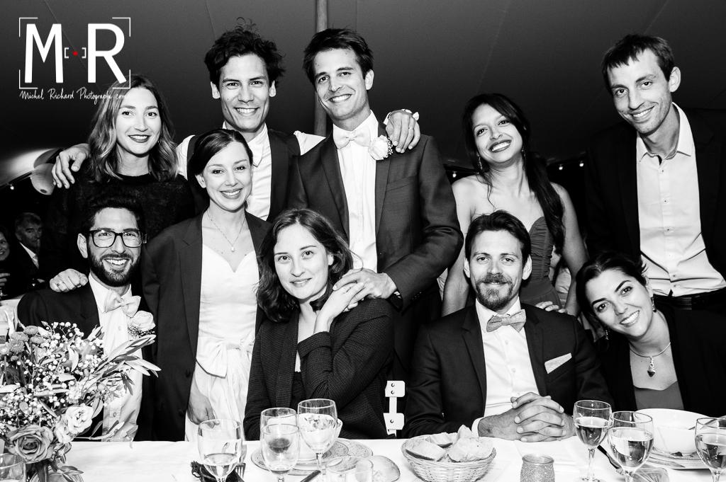 photo de table de mariage avec les mariés
