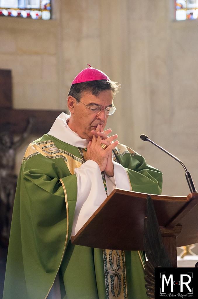 Monseigneur Aupetit, évêque, en prière