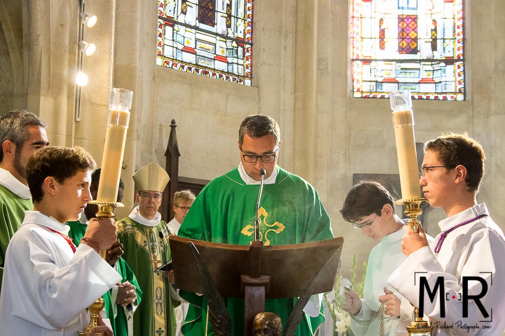 prêtre, évêque et enfants de choeur à l'ambon