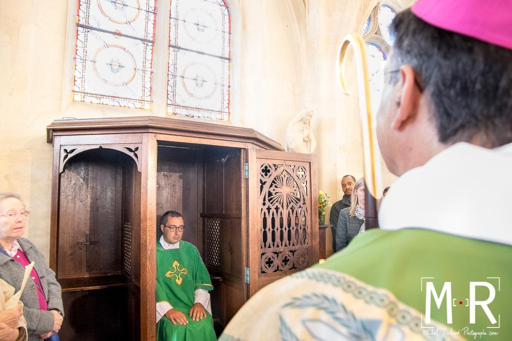 prêtre et confessionnal béni par l'évêque