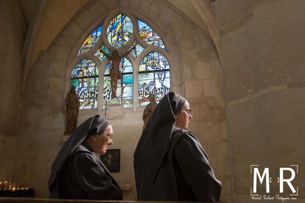 deux religieuses bénédictines dans une église