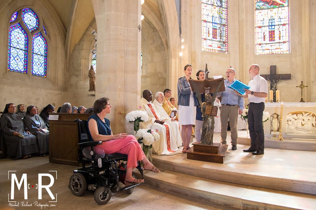 une jeune femme en fauteuil roulant à la messe