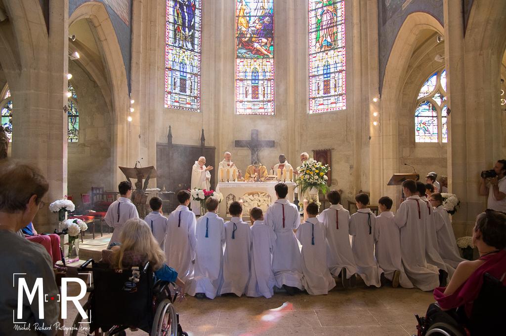 enfants de choeur à la messe