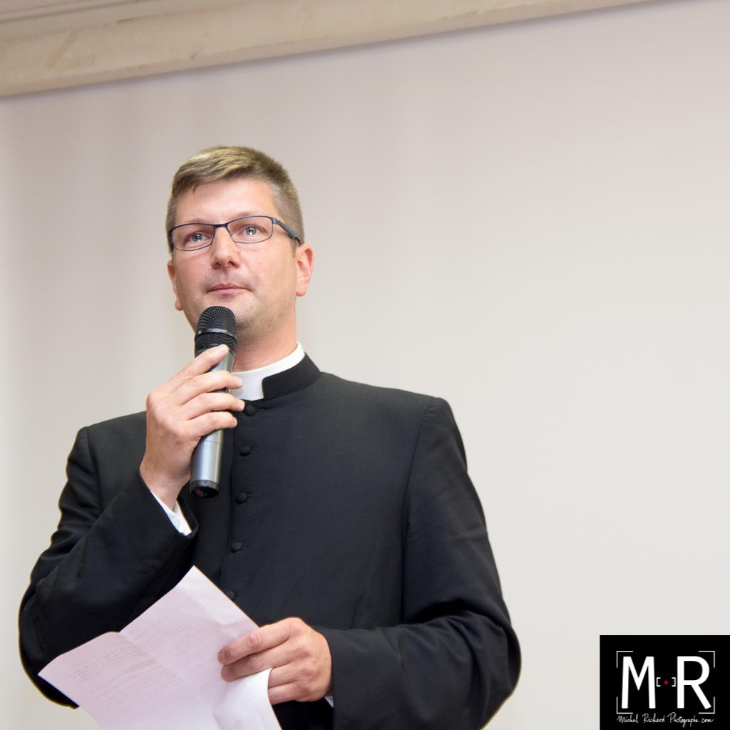 Prêtre ému pendant son discours d'au revoir