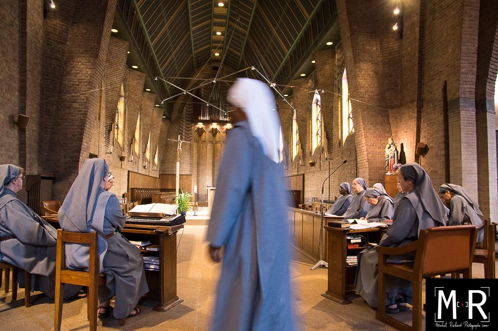 les religieuses prient dans l'église du monastère