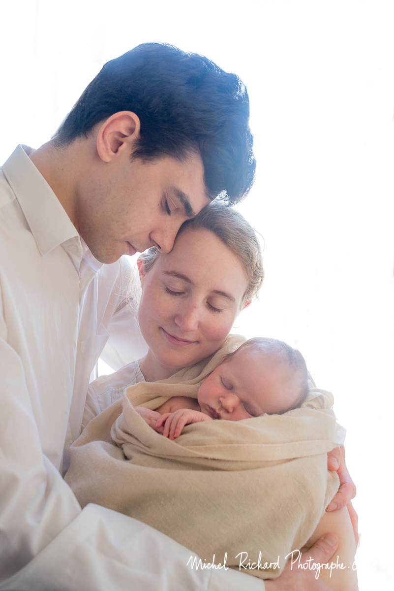 bébé avec papa et maman dans un moment de tendresse