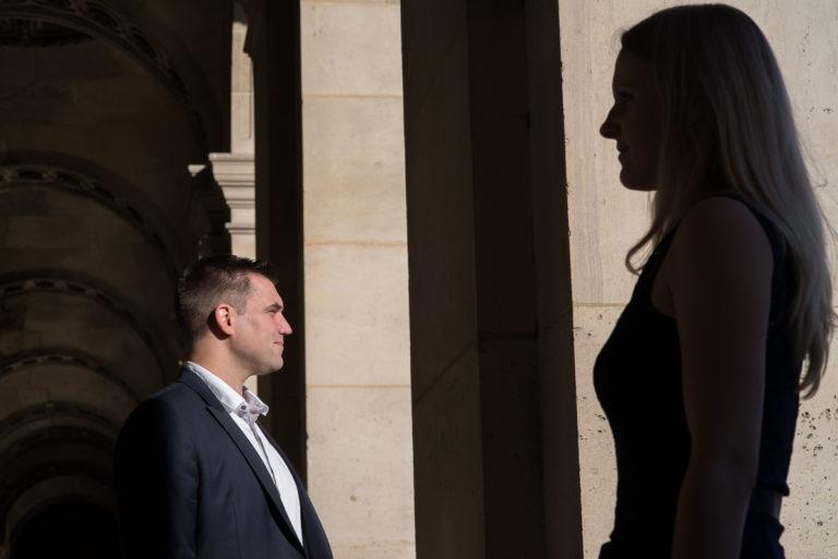 graphisme en ombres et lumières d'un couple à Paris avec colonnade et soleil