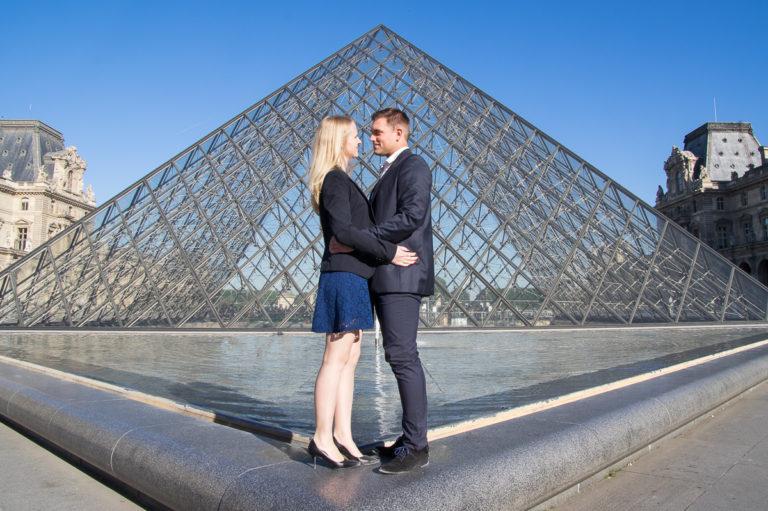 image graphique avec couple d'amoureux devant la pyramide du louvres