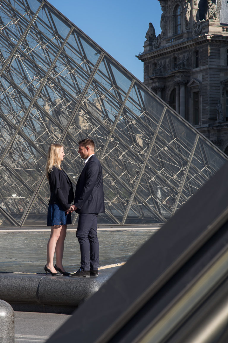 couple d'amoureux-lovers in Paris-architecture pyramide