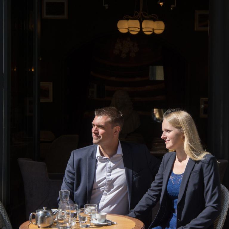 lovers in paris cafe on terrace - couple en terrasse au soleil dans un café parision après une séance photo