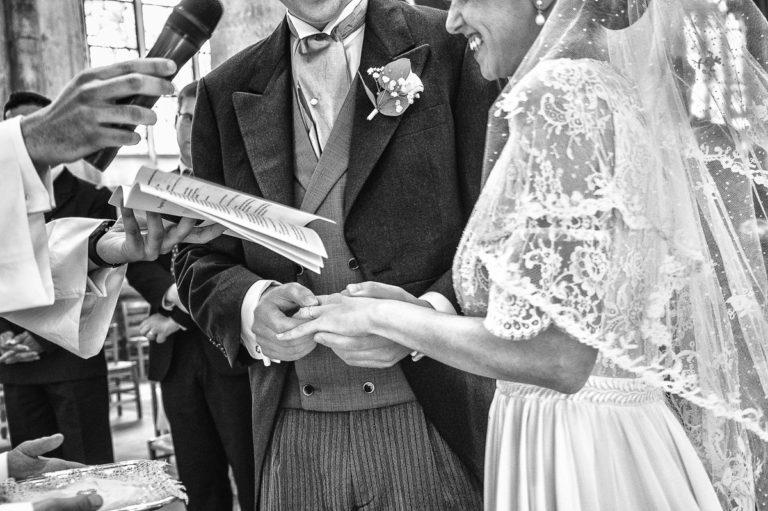 echange des alliances de mariage à l'église pendant la messe