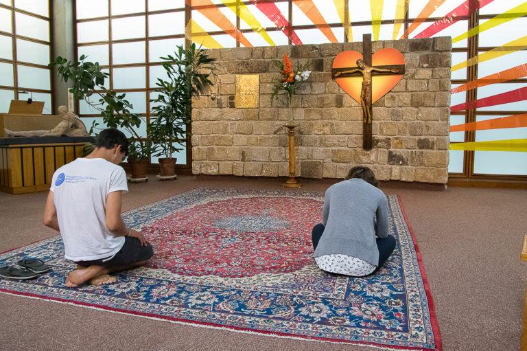 jeunes-priere-catholique-foyer-charite-tressaint-chretien