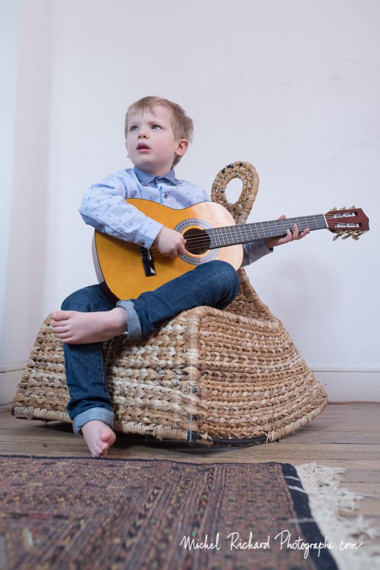 photographe-enfant-vanves-musique-musicien-guitare