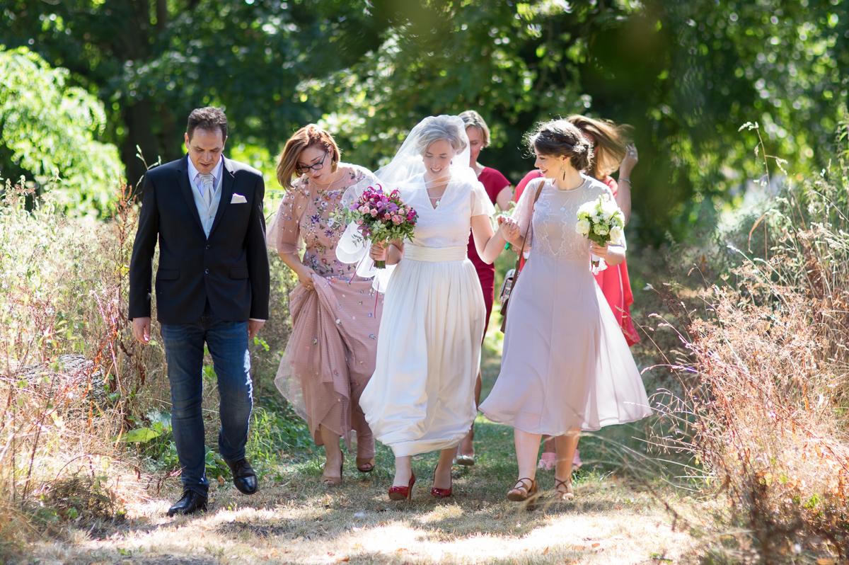 la mariée marche vers l'église dans les champs - Paris-Yveline-Oise-Essonne