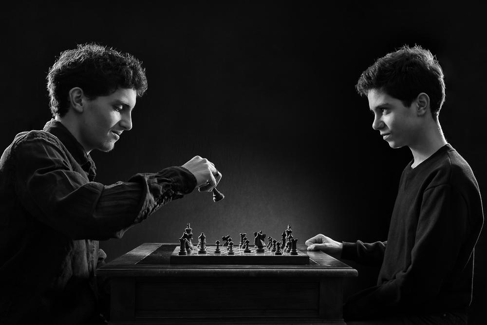 séance famille fratrie frère et soeur, photographe famille Paris, portrait studio d'art, jeu d'échecs, éclairage studio cinéma, le septième sceau, Ingmar Bergman