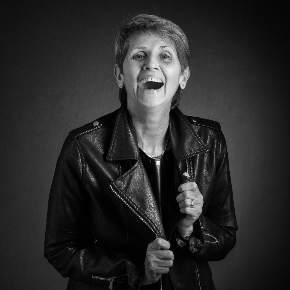 Séance portrait femme, plus de 50 ans, portrait senior studio, rires, joie, Paris, Clamart, Chatillon, Boulogne-Billancourt, Issy-les-Moulineaux