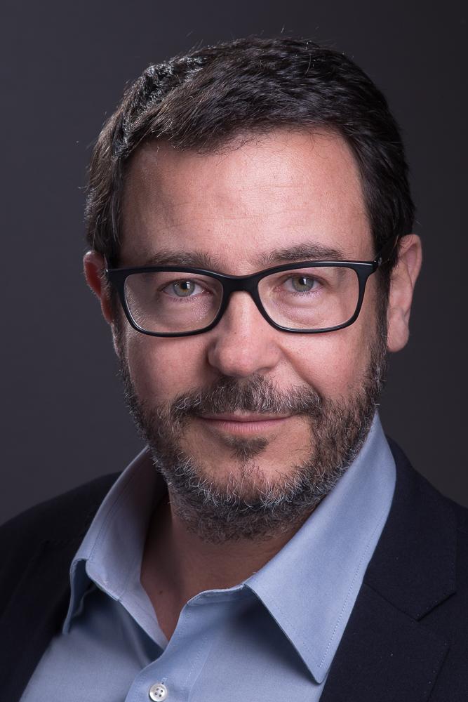 portrait professionnel homme Paris, portrait corporate profils réseaux sociaux, séance studio, photo Linkedin Viadeo, portrait linkedin Paris cadre dirigeant