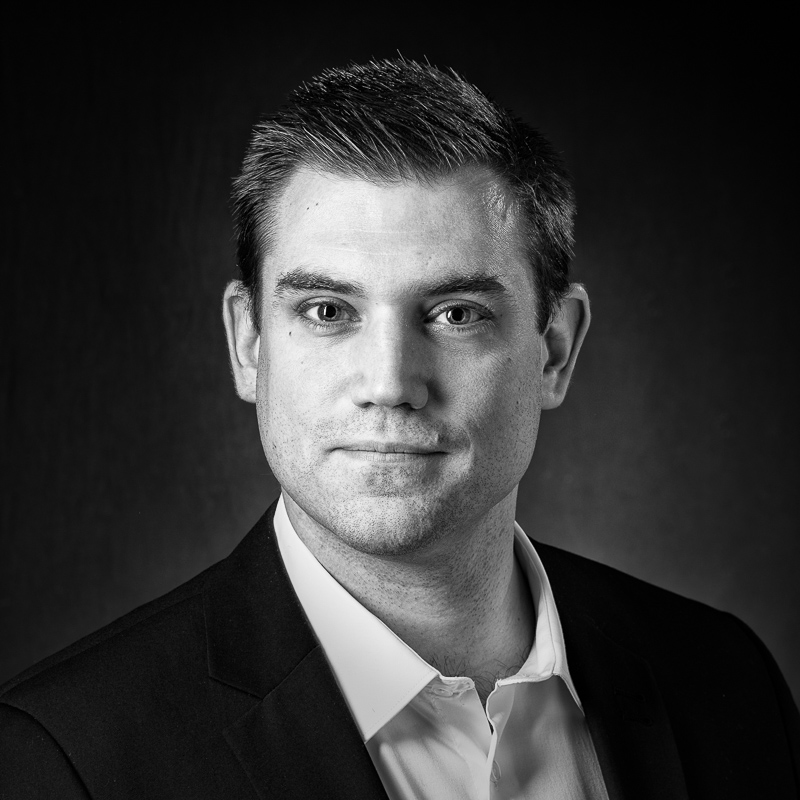 portrait professionnel homme Paris, portrait corporate profils réseaux sociaux, photo Linkedin Viadeo, profil linkedin, portrait homme paris