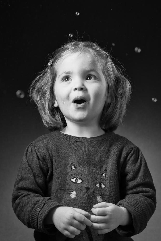 portait photo d'enfant émerveillé et intemporel en noir et blanc - séance studio enfant et famille - photo d'art par Michel Richard photographe famille à Paris 75015 , 75016 et Issy-les-Moulineaux
